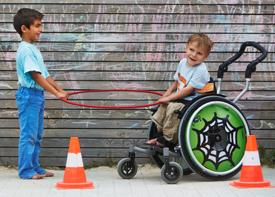 Zwei Jungen halten einen Reifen.