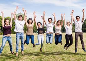 Eine Gruppe junger Menschen springt in die Luft.