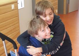 Zwei Jungen umarmen sich.