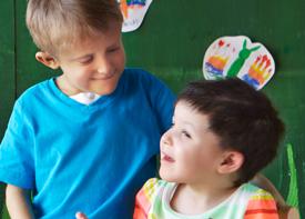 Zwei kleine Jungen unterhalten sich.