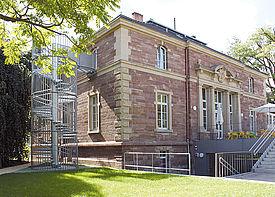 Außenansicht des Gebäudes der Kindertagesstätte Villa im Zaubergarten in Karlsruhe