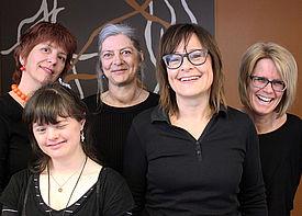 Fünf Frauen stehen vor einer Tafel.