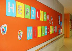 Ein Schulflur mit einer bunt gestalteten Wand.