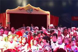 Viele Kinder in einer Zirkus-Manege