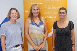 Landtagsabgeordnete Andrea Schwarz steht zwischen Jutta Vehmann, Leiterin der Interdisziplinären Frühförderstelle Bruchsal, und Maike Thomas, Fachbereichsbeauftragte der Reha-Südwest für die Frühförderstellen.