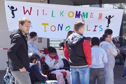 Eine Gruppe Schüler steht vor einem Plakat.