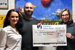 Olga und Sebastian Schildhorn mit Julia Bastian bei der Spendenübergabe.