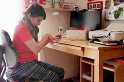 Eine Frau sitzt am Schreibtisch.