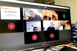 Ein Bildschirm, an dem eine Videokonferenz abläuft.