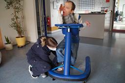 Eine Auszubildende der Heilerziehungspflege unterstützt einen jungen Mann in den Wohngemeinschaften Bruchsal.