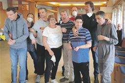 Rita Bernhart-Männlin mit Bewohnern und Mitarbeitern der Lebensheimat Löffingen.