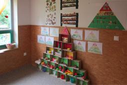 """Eine selbstgebastelte Ernährungspyramide in der Pferdegruppe des katholischen Kindergartens informierte über den Themenbaustein """"Ernährung"""""""
