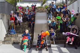 Gruppenbild auf einer Treppe mit den Erstklässlern der Konrad-Biesalski-Schule