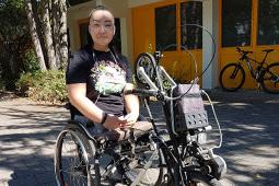 Adina Samybek Kyzy auf ihrem Fahrrad vor dem Schulkindergarten Offenburg.