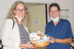Heike Ackermann übergibt Brot und Salz an eine Mitarbeiterin der Sozialpädagogischen Wohngemeinschaften Karlsruhe